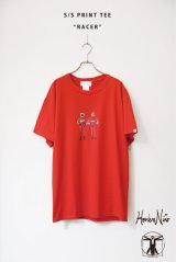 Hombre Nino|オンブレニーニョ S/S PRINT TEE (RACER)|RED